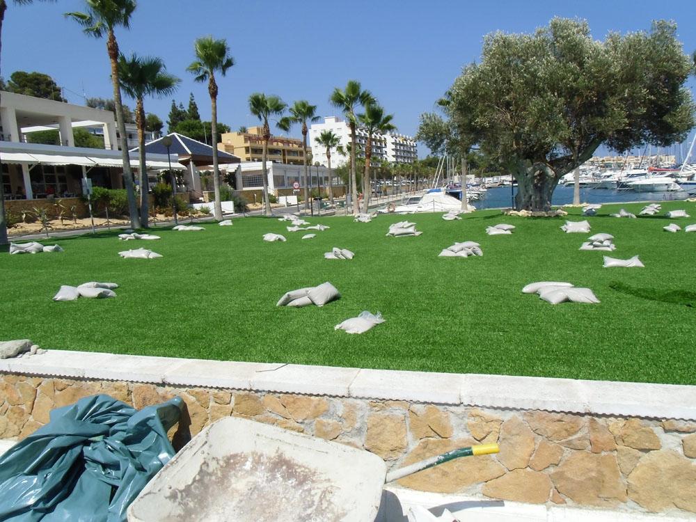 Mantenimiento de jardines con c sped artificial decorativo - Jardines pequenos con cesped artificial ...