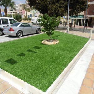 césped artificial en jardines
