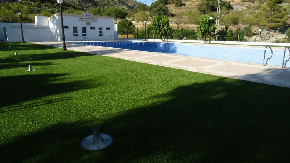 csped artificial en jardines como elemento decorativo